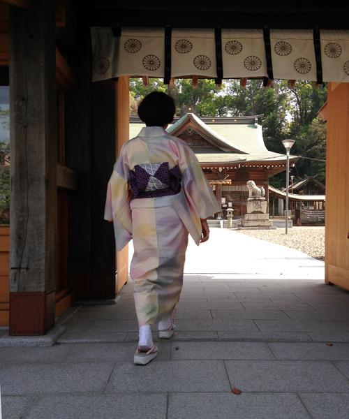 神社の門へ向かう背をスマップ